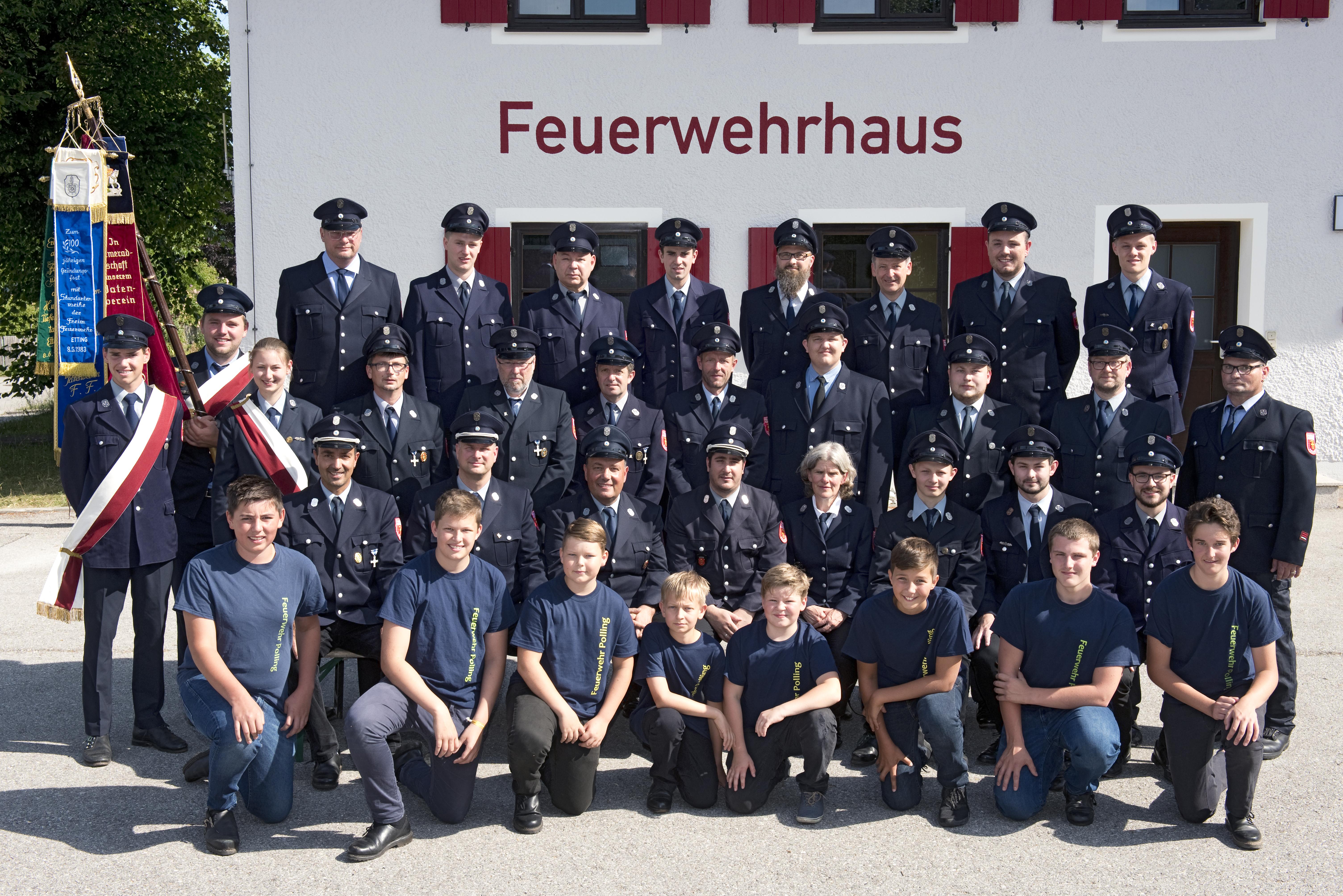 aktive Mannschaft in Ausgehuniform der Freiwilligen Feuerwehr Polling